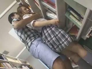 Arg koolitüdruk käperdatud ja used sisse a raamatukogu