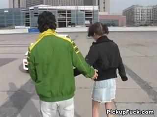 젊은 소녀 에 roller skates sucks 수탉 에 발코니