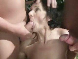 Бабуся Пісяє