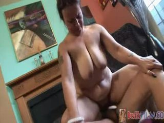 Tattooed milf receives um bom ejaculação em dela desgrenhado cona