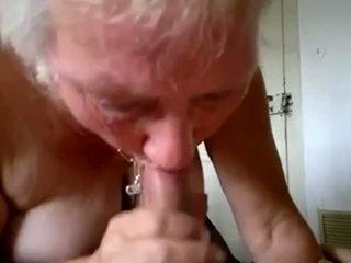 Vecmāmiņa zīst jauns dzimumloceklis un nokļūt sperma uz mute