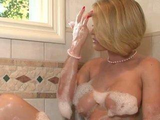 Lascivious ผู้หญิงสวย krissy lynn pleasures เธอ twat iwth เธอ fingers ใน the ห้องน้ำ tub