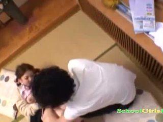 Schoolmeisje licked en fingered door guy zuigen zijn lul op de vloer in de roo