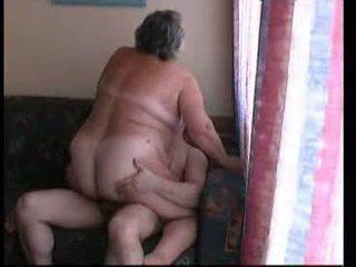 Grand-mère chevauchée dur sur canapé vidéo