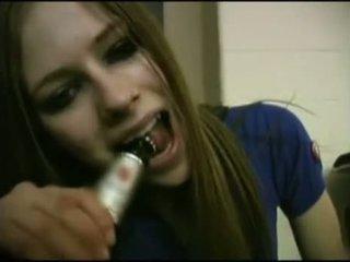 Avril lavigne flashing ब्रा.