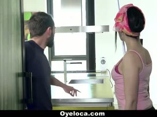 Oyeloca - 라티 cleaner cleans 집 과 수탉!