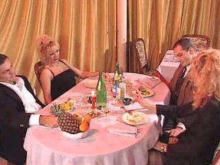 Two italiensk milf knullet i den klubb