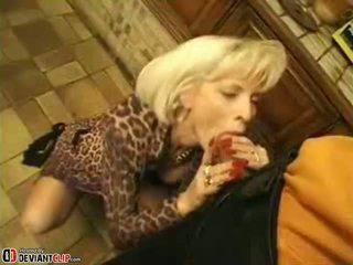 Príťažlivé mama seduces a fucks tento chlapec