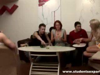 Grupp av het guys badly sond brunett video-