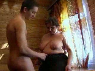 Pechugona abuelita y joven guy