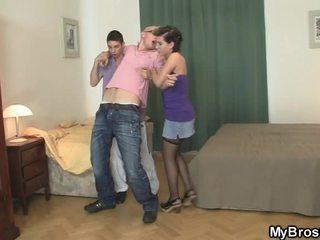 彼 wakes アップ と finds 彼の 女の子 浮気