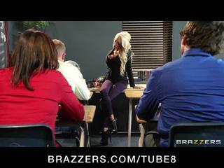 Velký sýkorka blondýnka učitel gets taught a lesson v zkurvenej