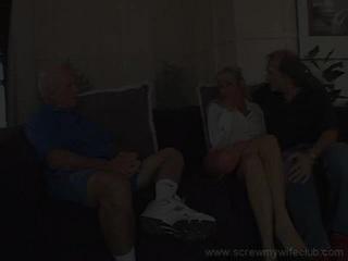 زوجة enjoys ل بري ركوب في حين cuckhold زوج watches
