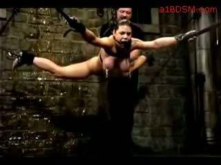 女孩 hanging 在 奴役 nipple weights getting 她的 的陰戶 fingered tortured 同 水 由 主 在 該 地下城