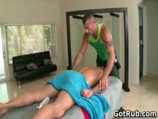 Musculosa hunk com tattoos a foder sua massagem pro