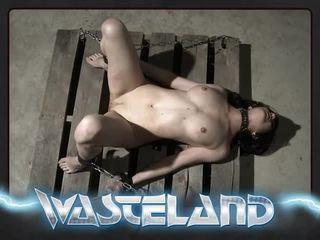 Wasteland অন্ধকার প্রধান spanks jade উপর knee এবং paddles সঙ্গে wood spoon