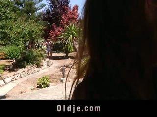 Excitat tineri landlady fucks ei vechi gardener