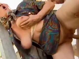 2 granja abuelitas seduced por joven hombre