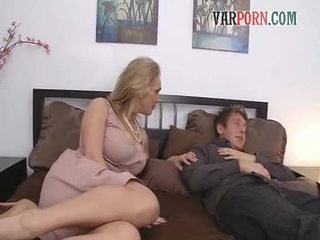 Shameless sex-houngry milf mama seduces younger fellow