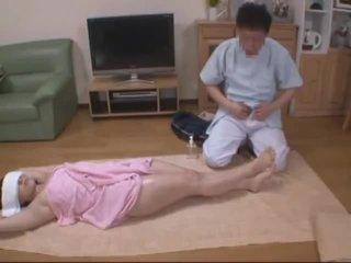 Ojos vendados esposa molested por hotel masseur