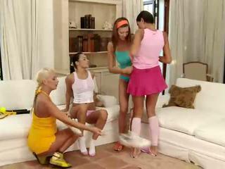 Hämmastav brünett ja blond lesbid suudlemine ja sõrmekas tussu sisse a neli viis lesbid orgia