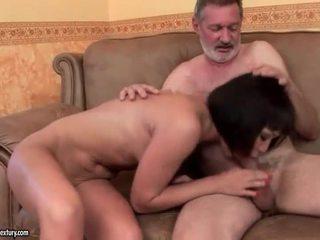 Egzotyczne nastolatka pieprzenie stary człowiek