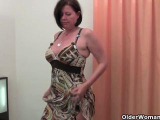 Dobrze rounded mamuśka jest toying jej dojrzała i włochate cipka