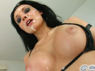 O absolutamente belas alienígena gets dela rosto covered em