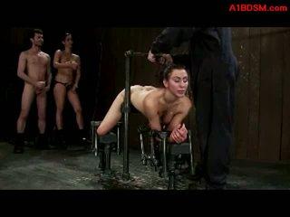 Fata tied pentru metal cadru în doggy getting ei pasarica și gură inpulit de amanta cu strapon și maestru în the temnita