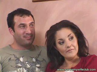 Bruneta manželka fucks starý guy zatímco hubby watches