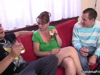 Prsnaté mama enjoys satie a jazdenie two cocks