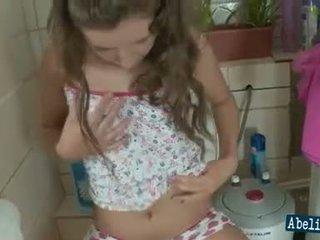 kuum brunettes kontrollima, kvaliteet wc, teen täis