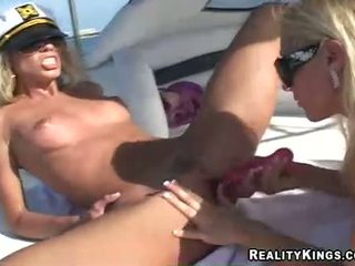女 marlie moore 和 朋友 enjoys 一 玩具 fake 阴茎 行动 outdoors