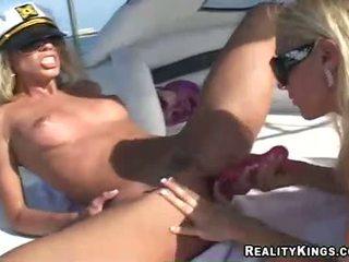 Naised marlie moore ja sõber enjoys a mänguasi fake peenis tegevus outdoors