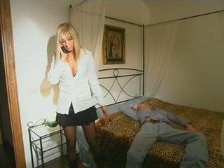 Blondi step-mom sisään sukkahousut seducing poika