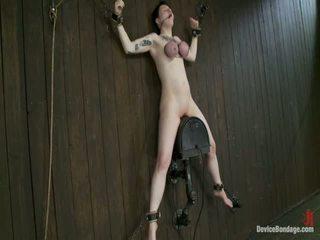 Grande titty sybian cabalgando wench wears gas máscara