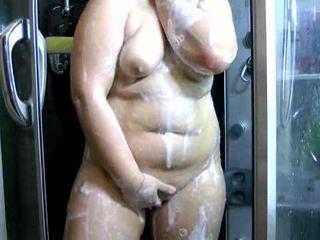 Apkūnu amature brunetė paauglys į the dušas