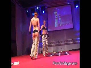 2 holky uvnitř lesbie showcase s veřejné