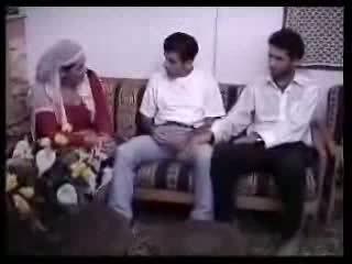 Arabského hospodyňka fucked s two guys. video
