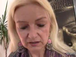 Mummi loves kohteeseen imaista ja ratsastaa hänen iso meat