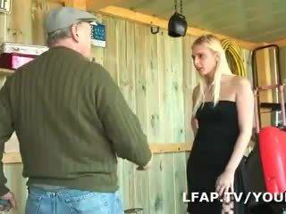 Blondinke francaise sodomisee dans un načrt a trois avec papy