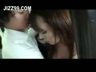 Terangsang milf kacau di bis di depan dari suami