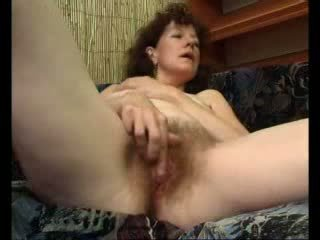 Loose אמא teases שלה swollen דגדגן