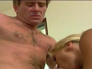 Sexig blondin hora getting double penetrated av henne lovers