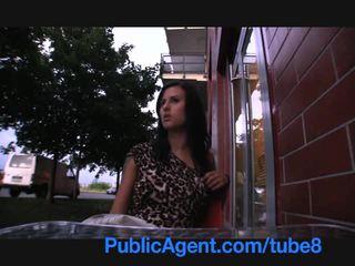 Publicagent סקסי שחרחורת gambles משם שלה כוס