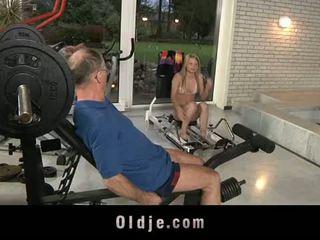 Oldje: старий dude gets удачливий з a сексуальна білявка краля.