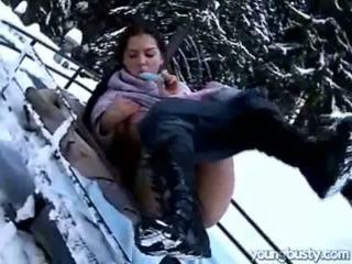 Ora masturbates içinde the snow
