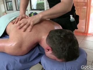 Homme receives son corps massaged et jouet baisée
