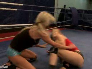 Laura 水晶 和 michelle soaked cat 战斗 在 ring