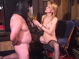 Зіпсована білявка матуся пані bizarre жіноче домінування piss п'є